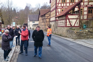Vertreter von SPD, Landratsamt, Stadt und Polizei beim Rundgang in Mühlfeld