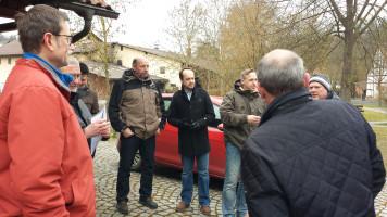 Fachgespräch zur gefährlichen Situation in Mühlfeld mit Wolfgang Stahl und Matthias Kihn in der Bildmitte