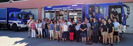 Die Besuchergruppe vor Einsatzfahrzeugen des THW in Berlin